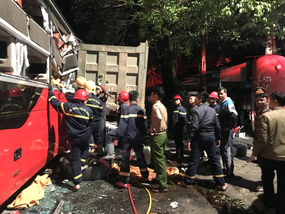 Hàng chục cảnh sát nỗ lực cứu 3 người bị kẹt trong xe khách - Ảnh 3.