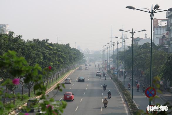 Sương mù bao phủ TP.HCM, các tòa nhà cao tầng biến mất - Ảnh 6.