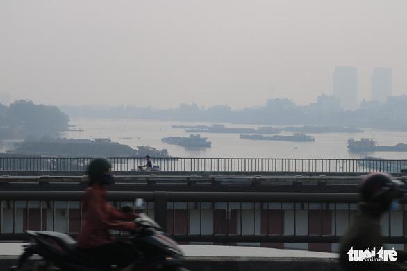 Sương mù bao phủ TP.HCM, các tòa nhà cao tầng biến mất - Ảnh 7.