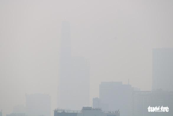 Sương mù bao phủ TP.HCM, các tòa nhà cao tầng biến mất - Ảnh 9.