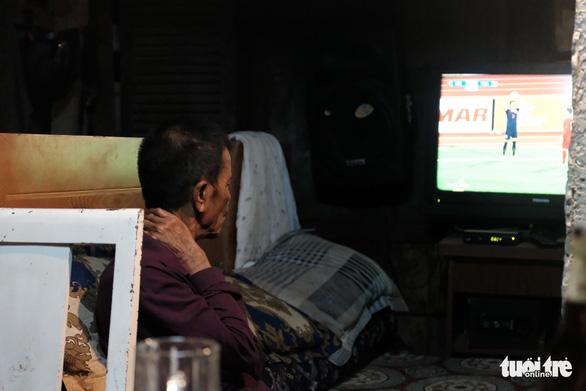 Người dân xóm chài nghèo dưới chân cầu Long Biên sum vầy cổ vũ bóng đá - Ảnh 3.