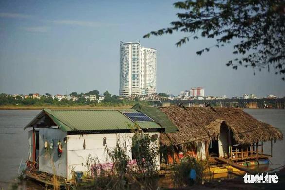 Người dân xóm chài nghèo dưới chân cầu Long Biên sum vầy cổ vũ bóng đá - Ảnh 6.