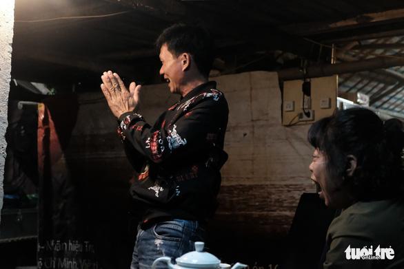 Người dân xóm chài nghèo dưới chân cầu Long Biên sum vầy cổ vũ bóng đá - Ảnh 4.