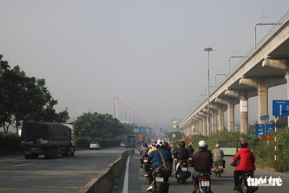 Sương mù bao phủ TP.HCM, các tòa nhà cao tầng biến mất - Ảnh 2.