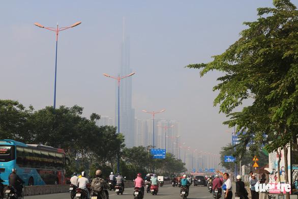 Sương mù bao phủ TP.HCM, các tòa nhà cao tầng biến mất - Ảnh 1.