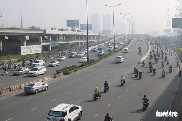 Sương mù bao phủ TP.HCM, các tòa nhà cao tầng biến mất - Ảnh 3.