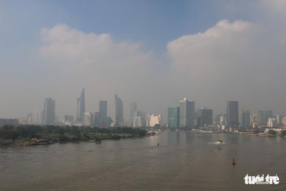 Sương mù bao phủ TP.HCM, các tòa nhà cao tầng biến mất - Ảnh 4.