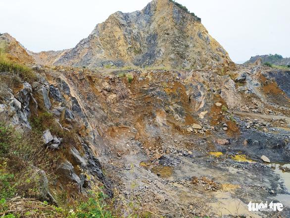 Bị đá văng trúng khi khai thác mỏ âm, 1 người chết, 1 người bị thương - Ảnh 1.