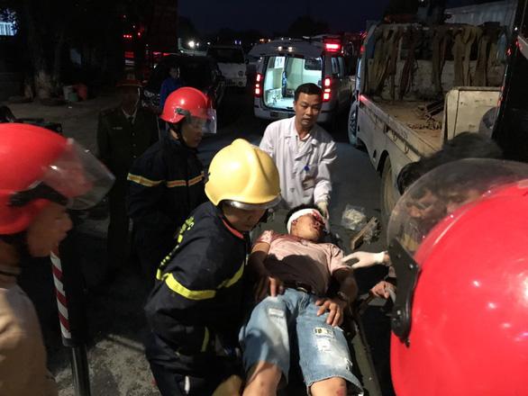 Hàng chục cảnh sát nỗ lực cứu 3 người bị kẹt trong xe khách - Ảnh 7.