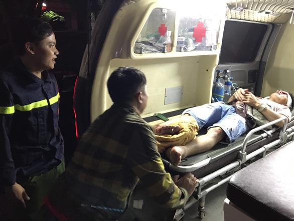 Hàng chục cảnh sát nỗ lực cứu 3 người bị kẹt trong xe khách - Ảnh 2.
