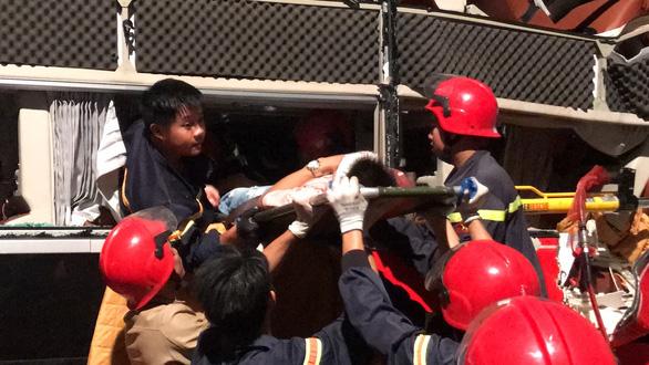 Hàng chục cảnh sát nỗ lực cứu 3 người bị kẹt trong xe khách - Ảnh 6.