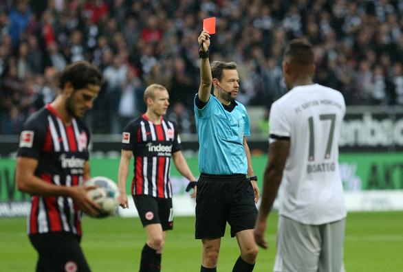 Mất người sớm, Bayern Munich thảm bại trước Frankfurt - Ảnh 1.