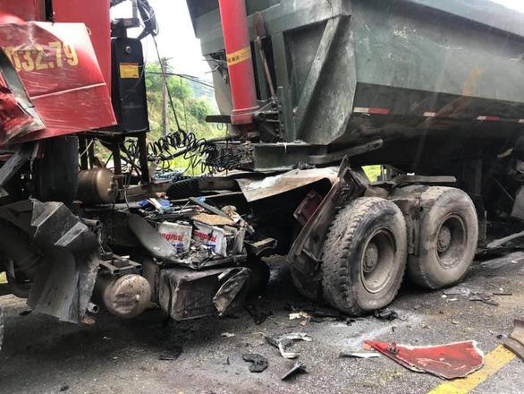 Xe khách nát đầu sau cú tông của xe ben, 6 người bị thương - Ảnh 2.