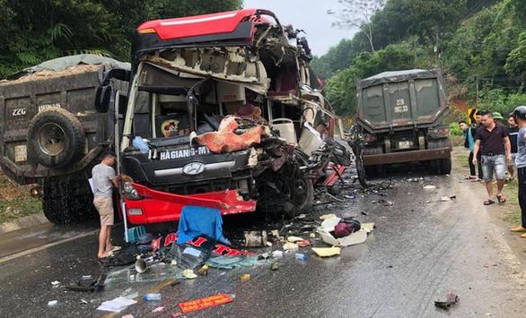 Xe khách nát đầu sau cú tông của xe ben, 6 người bị thương - Ảnh 1.