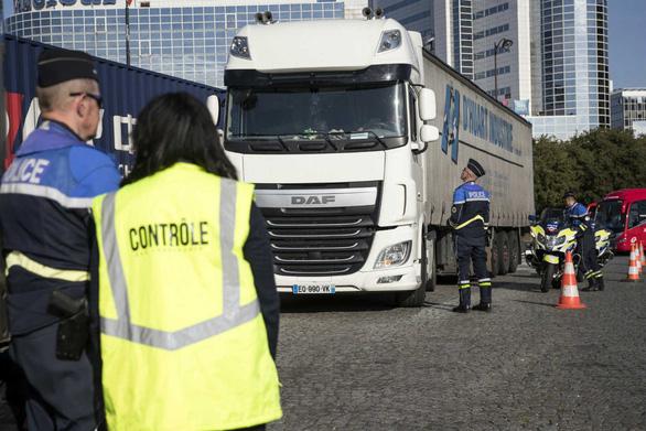Lại phát hiện thêm 31 di dân trong xe tải ở Pháp - Ảnh 1.