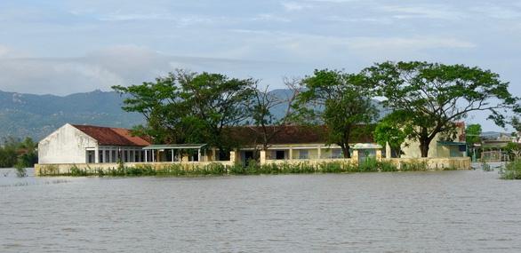 26 trường ngập nặng sau bão, hơn 14.000 học sinh Bình Định chưa thể tới trường - Ảnh 2.