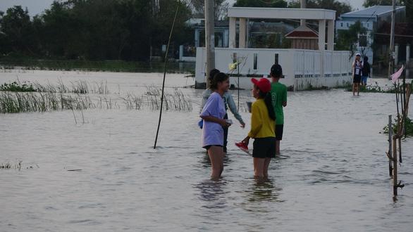 26 trường ngập nặng sau bão, hơn 14.000 học sinh Bình Định chưa thể tới trường - Ảnh 4.