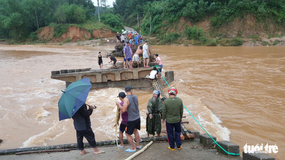 Cầu sập, dân liều mình lấy cây cau ghép lại để vượt sông - Ảnh 1.