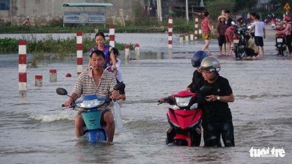 26 trường ngập nặng sau bão, hơn 14.000 học sinh Bình Định chưa thể tới trường - Ảnh 3.