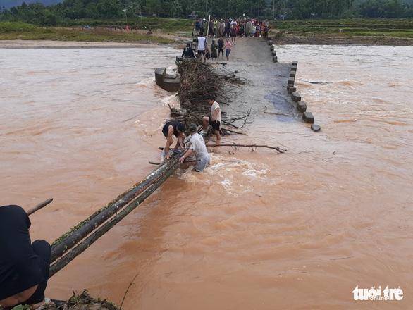 Cầu sập, dân liều mình lấy cây cau ghép lại để vượt sông - Ảnh 3.