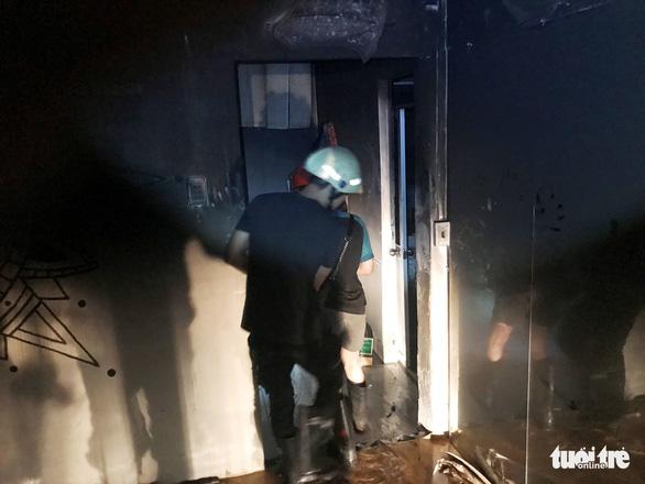 Cảnh sát kịp thời cứu hai người trong vụ cháy nhà lúc rạng sáng - Ảnh 1.