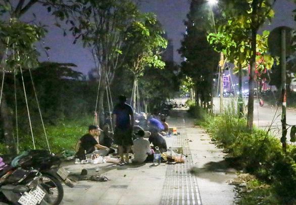 BBQ đêm vỉa hè ở khu đô thị Thủ Thiêm - Ảnh 4.