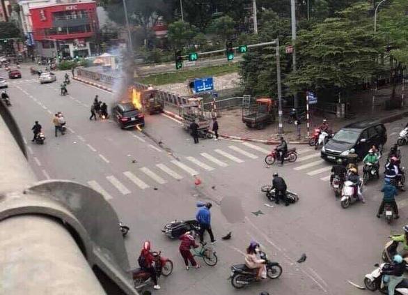 Ôtô bốc cháy dữ dội sau khi đâm nhiều xe máy, xe đạp, 1 người chết - Ảnh 2.