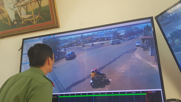 Truy tìm ôtô tông hai cô giáo dừng đèn đỏ rồi bỏ chạy - Ảnh 1.