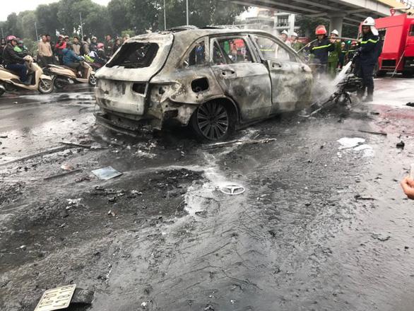 Ôtô bốc cháy dữ dội sau khi đâm nhiều xe máy, xe đạp, 1 người chết - Ảnh 5.
