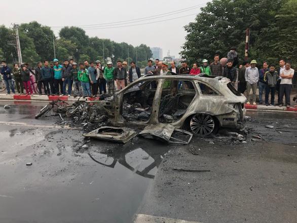 Ôtô bốc cháy dữ dội sau khi đâm nhiều xe máy, xe đạp, 1 người chết - Ảnh 4.