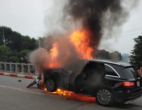 Ôtô bốc cháy dữ dội sau khi đâm nhiều xe máy, xe đạp, 1 người chết - Ảnh 1.