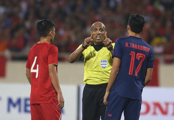 Luật FIFA cho thấy trọng tài Oman chưa chắc đã sai - Ảnh 1.