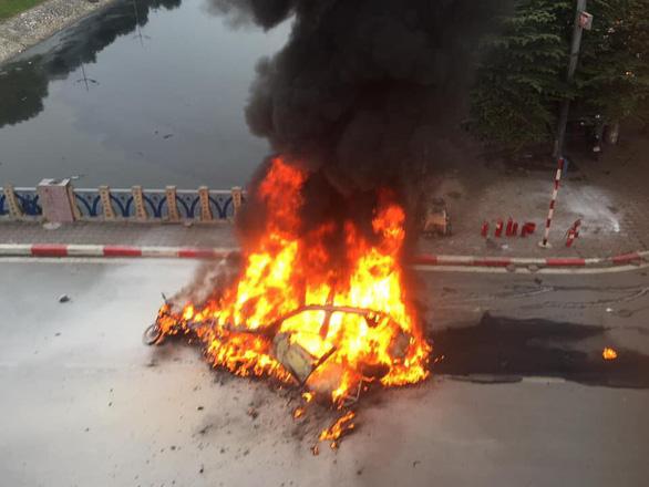 Ôtô bốc cháy dữ dội sau khi đâm nhiều xe máy, xe đạp, 1 người chết - Ảnh 3.