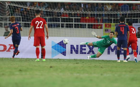 Tuyển Việt Nam - Thái Lan 0-0: trọng tài hơi tệ, Văn Lâm tuyệt vời, người hâm mộ tiếc nuối - Ảnh 1.