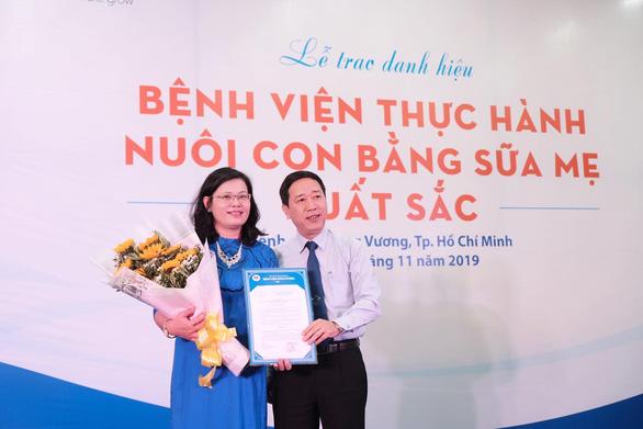 Bệnh viện Hùng Vương đạt danh hiệu thực hành nuôi con bằng sữa mẹ xuất sắc - Ảnh 1.