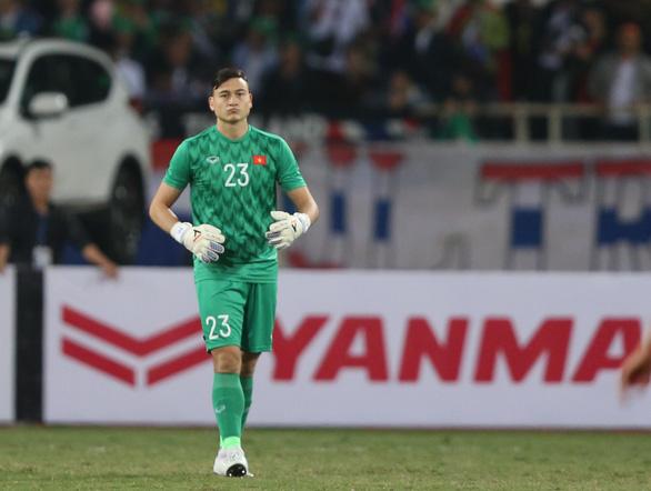 Văn Lâm bị ném đá, CĐV Thái Lan của Muangthong United ra tay bảo vệ - Ảnh 2.