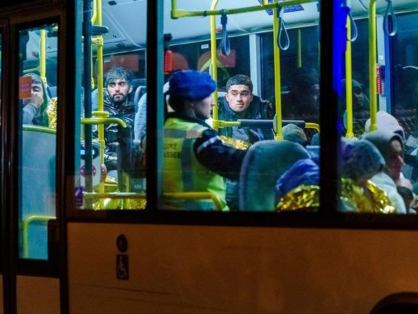 Phát hiện 25 người di cư trong container đông lạnh đi Anh, chưa rõ quốc tịch - Ảnh 1.