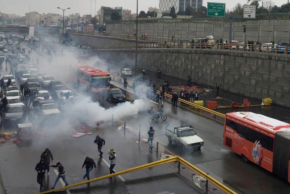 Iran ngắt mạng, không xác định được số người biểu tình thiệt mạng - Ảnh 3.