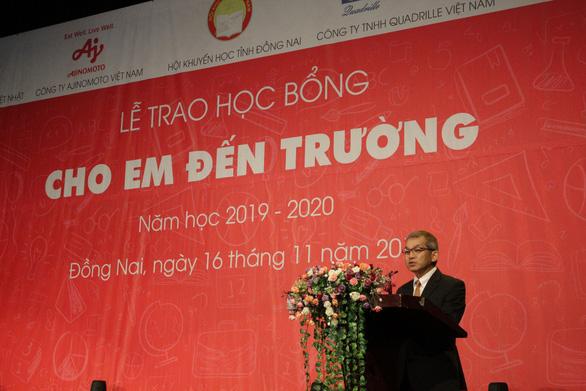 Tặng 400 suất học bổng đến học sinh nghèo hiếu học tỉnh Đồng Nai - Ảnh 1.