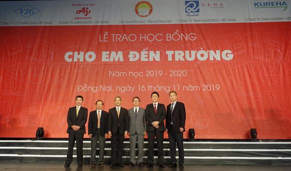 Tặng 400 suất học bổng đến học sinh nghèo hiếu học tỉnh Đồng Nai - Ảnh 3.