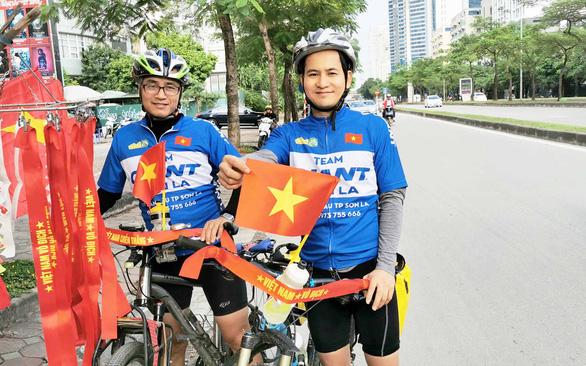 Đạp xe 300km để cổ vũ đội tuyển Việt Nam - Ảnh 1.