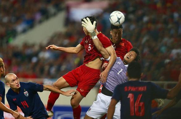 Luật FIFA cho thấy trọng tài Oman chưa chắc đã sai - Ảnh 2.