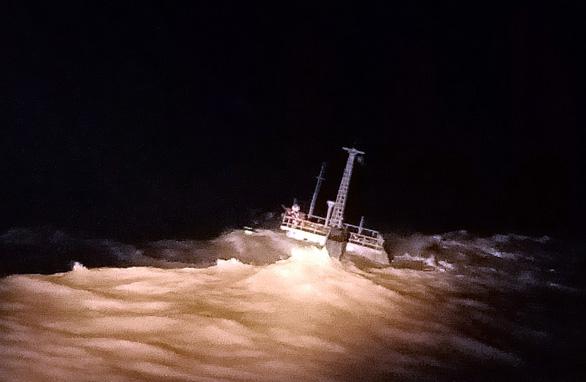 Cứu 11 người trên tàu chở than mắc cạn trước lằn ranh sinh tử - Ảnh 2.