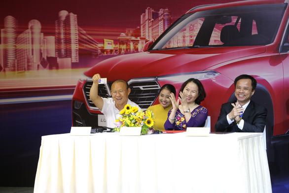 HLV Park Hang Seo khoe bằng lái khi được tặng xe VinFast - Ảnh 2.