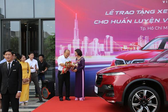 HLV Park Hang Seo khoe bằng lái khi được tặng xe VinFast - Ảnh 3.