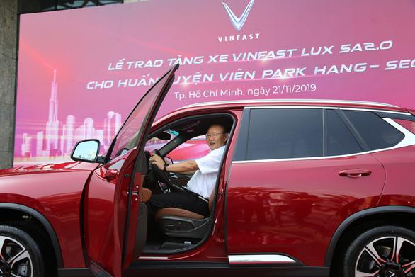 HLV Park Hang Seo khoe bằng lái khi được tặng xe VinFast - Ảnh 1.