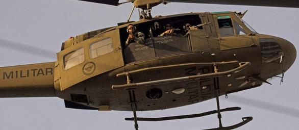 Khiếp với lính bắn tỉa từ trực thăng ở Brazil - Ảnh 1.