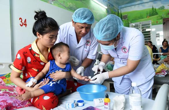 Nối thành công bàn tay bé trai 1 tuổi bị đứt lìa, nhiều y bác sĩ được khen thưởng - Ảnh 2.