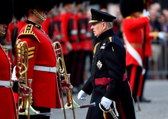 Hoàng tử Anh lui vào hậu trường vì qua lại với tỉ phú ấu dâm Epstein - Ảnh 1.
