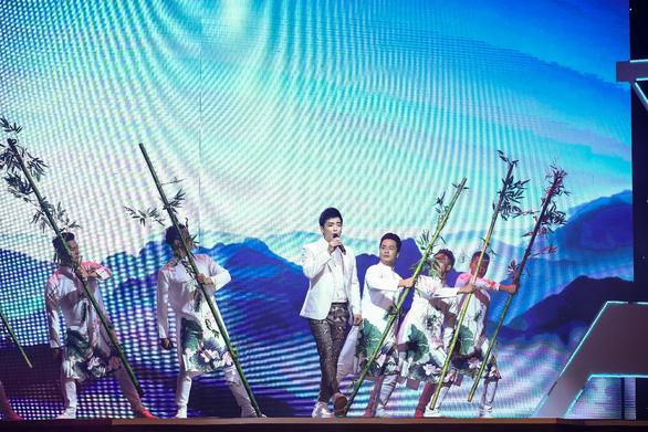 Nghệ sĩ Mai Đình Tới biểu diễn nhạc cụ làm bằng ống nhựa Dismy - Ảnh 3.